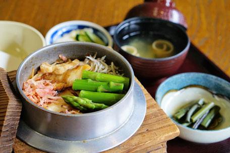 里芋と鶏肉の釜めし【赤湯・花みず木】