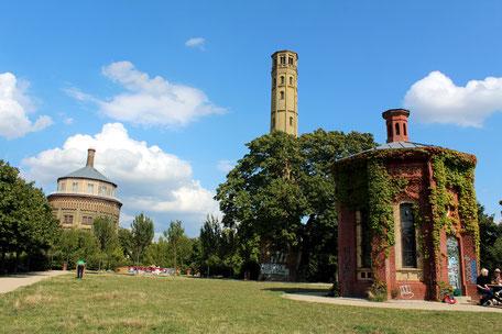 Links der Wasserturm.Hochebene der Grünfläche um den Wasserturm am Kollwitzplatz. Foto: Helga Karl