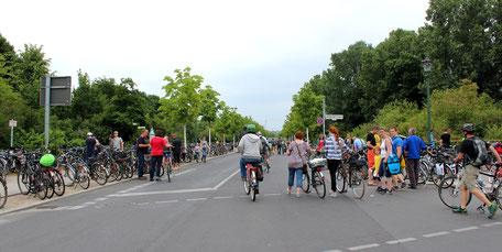 Ankommende Radfahrer bei der Fahrrad-Sternfahrt Berlin. Foto: Helga Karl