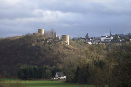 Abb. 1: Burg Blankenberg über dem Siegtal, unten die Ortschaft Stein, oben rechts Stadt Blankenberg. © Roland Steinwarz