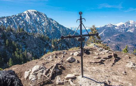Gipfelkreuz auf der Sonnenspitze Kochelsee