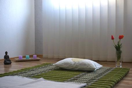 Thai Yoga Massage auf einer Bodenmatte in bequemer Kleidung