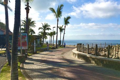 Menschenleere Promenade in Meloneras