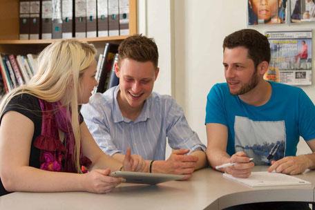 étudiants qui prennent des cours d'anglais lors d'un séjour linguistique à l'étranger