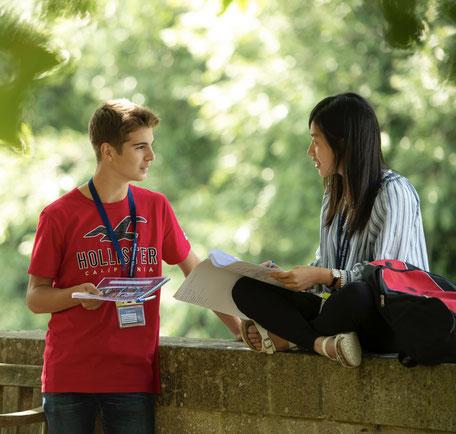 deux jeunes parlent en séjour linguistique, cours de langue