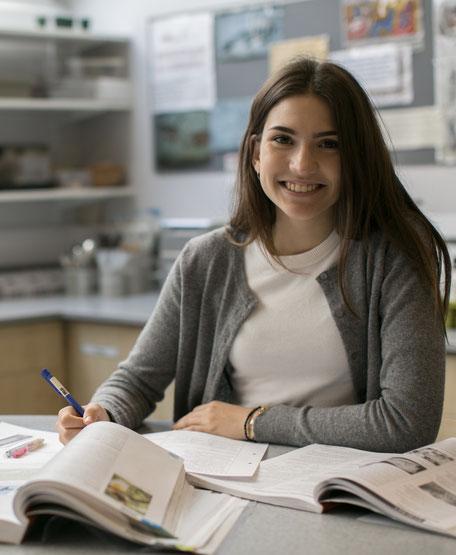 étudiante qui travaille lors d'un séjour linguistique à l'étranger