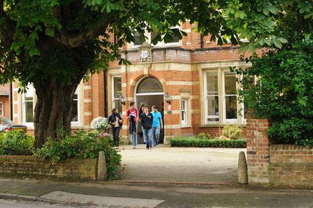 étudiants à l'extérieur d'un college anglais en séjour linguistique à l'étranger