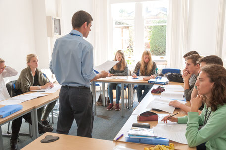 Professeur qui donne un cours de langue à l'étranger pour des étudiants