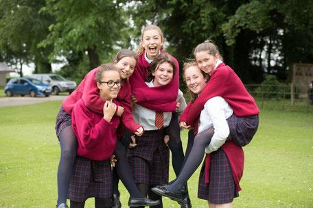 filles en uniforme dans un college anglais