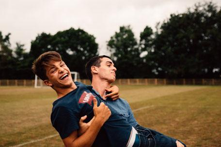 jeunes garçons qui s'amusent en séjour linguistique à l'étranger