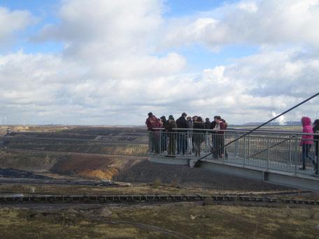 Schüler auf dem Skywalk mit Blick in den Tagebau