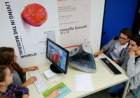 Schüler bei der Arbeit an Computern im Kunstunterricht