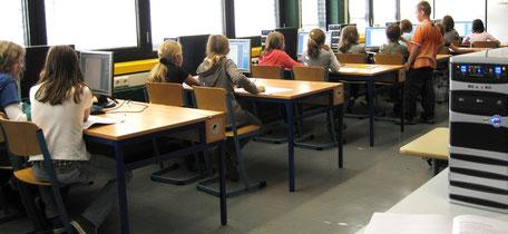 Schülerinnen und Schüler im Informatikraum