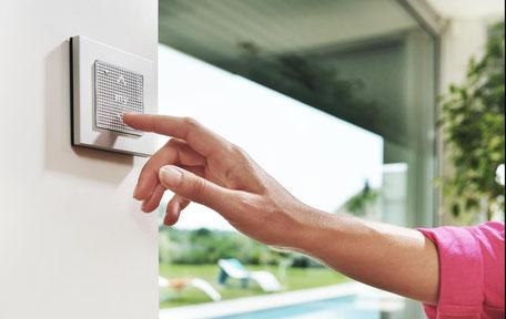 einfache Bedienung von Funkrollläden Hand mit Schalter