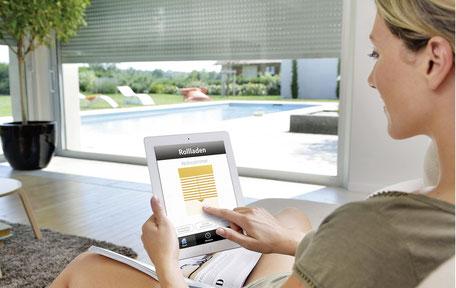 JungeFrau bedient Rollladen über App Tablet