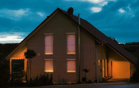 Haus nachts Energieeinsparung mit Rollläden
