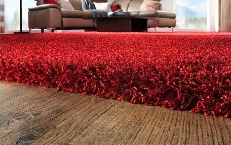 strukturierter Designboden mit rotem Teppich nach Maß