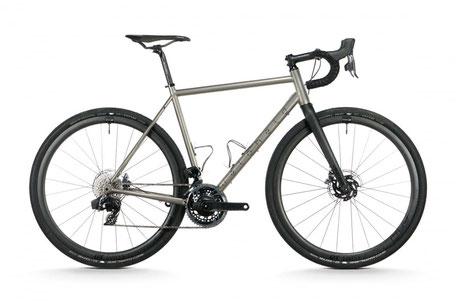 Titan. Kein anderes Material in der Fahrradwelt ist so faszinierend. Und das zu Recht! Seine Eigenschaften machen es einfach perfekt für den Einsatz als Gravel/ Allroad/ Bikepacking Rad. Es ist leicht, robust und dämpft Unebenheiten wie ein Stahlrahmen.