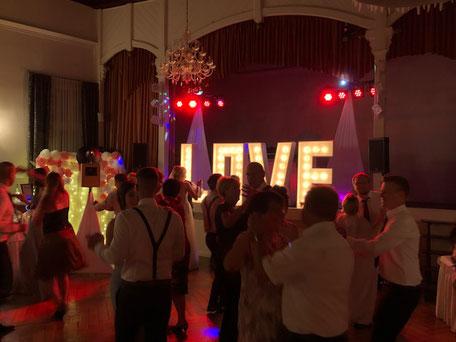 Hochzeitsfeier mit DJ, Fotobox, Ambientebeleuchtung und LOVE-Letters