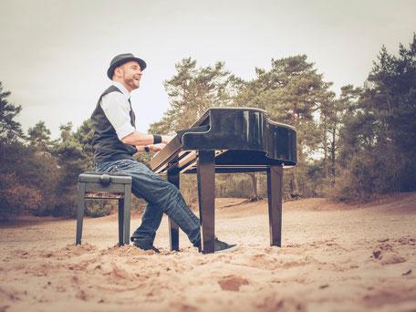 Pianist Josef Barnickel an seinem mobilen Flügel für Ihr Event in Bremen