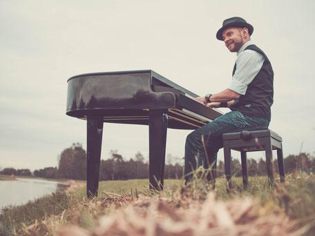 Pianist Josef Barnickel an seinem mobilen Flügel für Ihr Event in Lübeck
