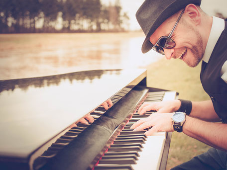 Der Pianist Josef Barnickel an seinem mobilen Flügel für Ihr Event in Hamburg