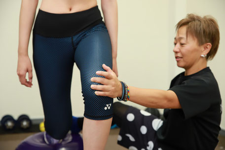 パーソナルトレーニング前に姿勢の歪み、肩の位置や骨盤の傾き、股関節の柔らかさをチェック