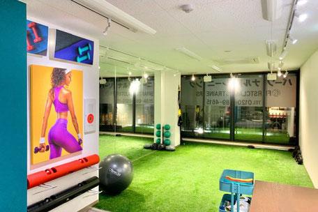 烏丸通店(京都市下京区)大型の鏡がある人工芝のパーソナルトレーニングジ