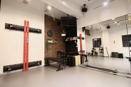 堺筋本町店(大阪市中央区)パワーラックでトレーニングができるパーソナルジム