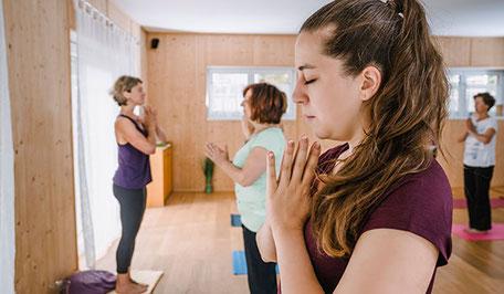 Yoga gibt dir neue Energie, wir üben in der Gruppe, mit Konzentration und innerer Ruhe.