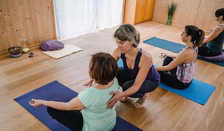 Auch in der Sitzposition richtest du deine Aufmerksamkeit ganz auf den Atem, baust deinen ganz eigenen Atemrhythmus auf, richtest deinen Fokus auf Atem und Körper. Durch Berührung erfährst du Unterstützung im Aufrichten, nimmst deine Atemkapazität wahr.