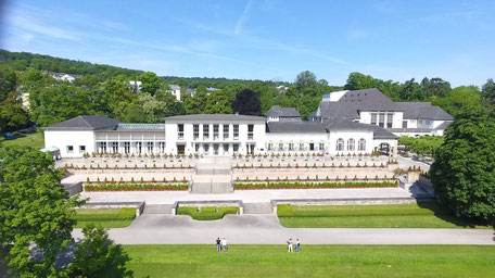 Ausstellung DENIM FOR LIFE im Foyer des Hotel Dolce by Wyndham am Elvis-Presley-Platz Bad Nauheim (ganz links am Beginn des Gebäudekomplexes)