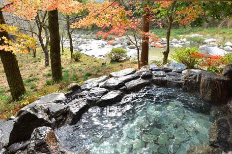 秋の露天風呂の様子