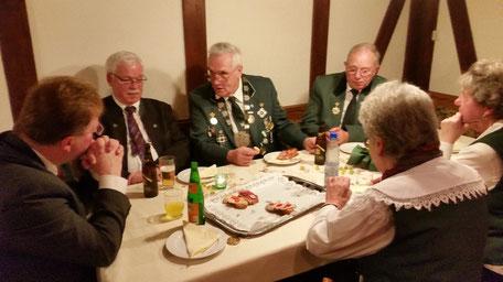 Bürgermeister Thllo Küthe im Gespräch mit Hilfreich Reinhold und Achim Eckert