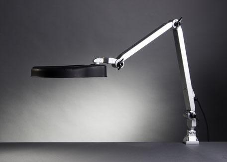 Seitliche Perspektive RLL Master LED Lupenleuchte