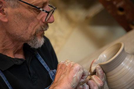 lavoro al tornio, fatto a mano, terrecotte, gres, ceramiche.