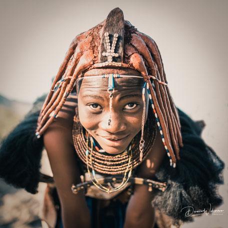 junge himba frau epupa falls kaokoveld namibia