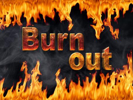 Burn out in flammender Schrift