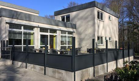 Windgeschützte Terrasse an einem Seniorenheim
