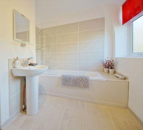Großformatige Fliesen lassen kleine Badezimmer großzügiger erscheinen.