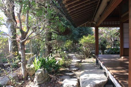 写真:気持ちのいい縁側と前庭があります