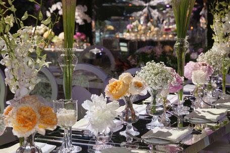Blumenschmuck auf einem Hochzeitstisch