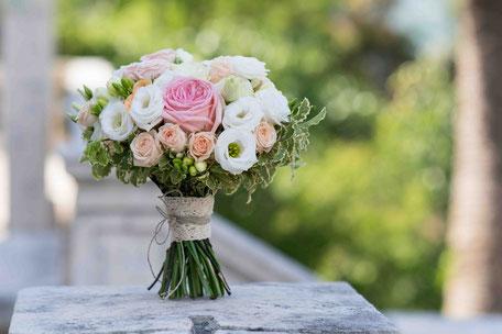 Brautstrauß mit weißen und rosa Blumen