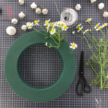 DIY modern summer garden flower wreath tutorial by PASiNGA