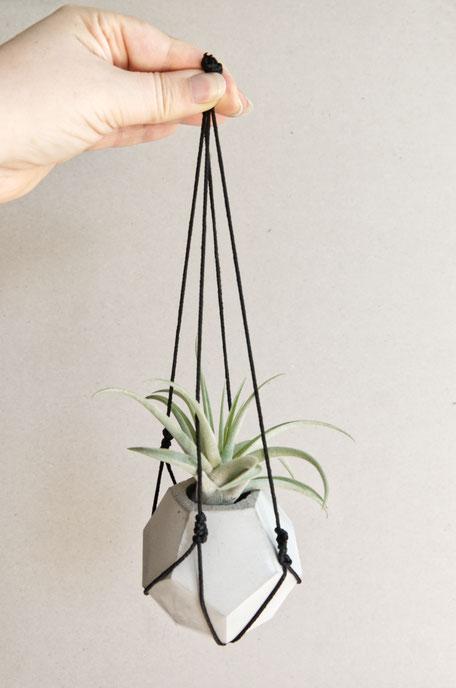 Mini DIY Macramé plant hanger without a tassel ending