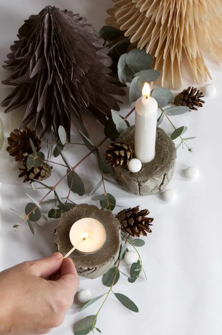 Decorating the concrete candle holders of the wonderfully easy concrete diy with recycled moulds and baking paper to create a tree bark texture! #diy #concrete #hygge #tutorial #pasinga #blogging