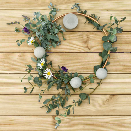 Summer Garden Wreath Diy with wild flowers, concrete Half Moon pendants and copper, simple guide by PASiNGA