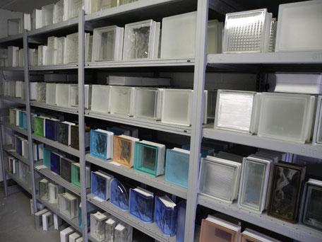 Glasbausteine verschiedener Dekore des Herstellers Solaris-Glasstein