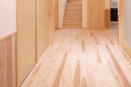 素足に気持ち良い飫肥杉浮造り加工のフローリング
