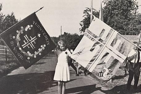 Die alte und die neue Fahne des TV Bennwil